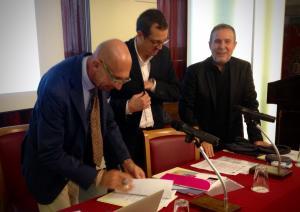 Nella foto il presidente dell'ODCEC di Novara, dott. Mauro Nicola, che firma la convenzione con la società Ultroneo rappresentata dal presidente, ing. Alvise Abù-Kaill e il dott. Giuliano Ravasio (ODCEC di Udine)